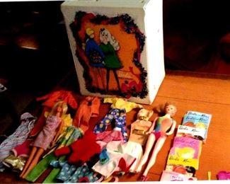1980s era Barbie trunk, 2 dolls, clothes & accessories