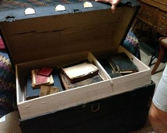 Beautiful old trunk in perfect condition with tray.