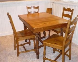 Table has 2 leaf ext & 4 chairs