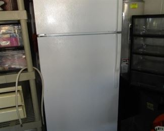 GE REFRIGERATOR .. PERFECT FOR A SMALL HOME, APT., GARAGE .. TOP FREEZER WITH DOOR AND THE BOTTOM IS GREAT FOR EVERYTHING ELSE.. NICE SHAPE AND NICELY PRICED