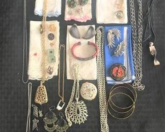 Large Assortment of Costume Jewelry https://ctbids.com/#!/description/share/274908