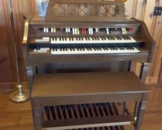 Wurlitzer percussion electric organ in good working condition!