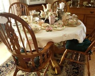Stunning oak dining room table (+leaf) & 4 chairs