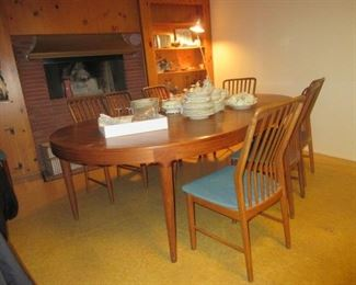 D/R teak table open w/ leaves and chairs