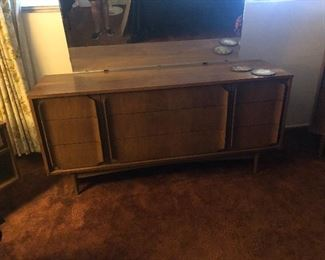 7 pc walnut MCM B/R Set . Dresser w/ mirror