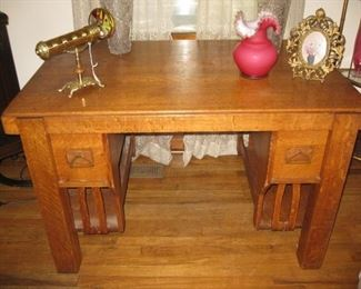 Mission style quarter sawn oak desk with great pulls!