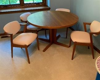 this beautiful Dania teak table come with 6 chairs pads and two leaves