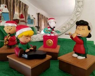 Great vintage peanuts Christmas decor