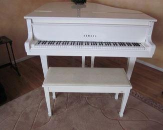 Yamaha Petite GH1 Baby Grand Piano (B 4590146)