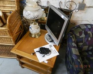 end table/lamp/TV