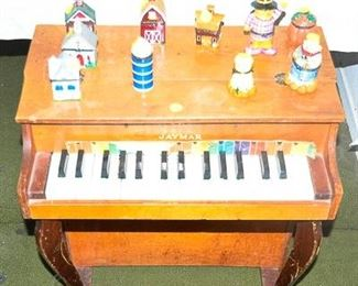 Piano miniature that plays clanky clanky music