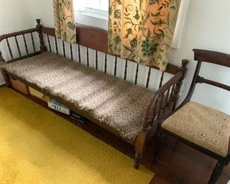 Spindle back daybed