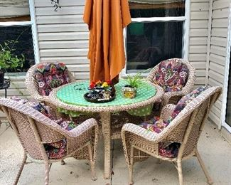 Round Resin Wicker Table w/4 Chairs - $150