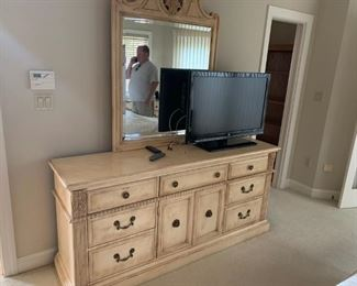 Beautiful bedroom set manufactured by Hickory White