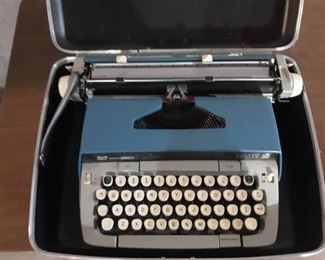 Smith Coroana Manual Typewriter in Hard Shell Case