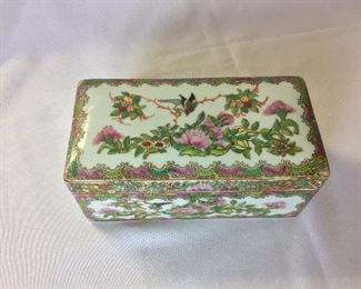 Antique Chinese Porcelain Box.
