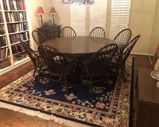 Round Pedestal Dining Table in great condition