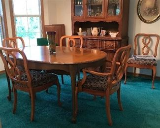 Dining Room table has 3 leafs ( 62 l x 41.25 x 29 )