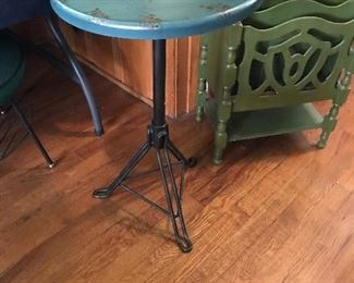 Love this vintage round side table and magazine rack