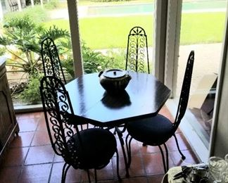 Mid Century Modern table and 4 chairs with an additional leaf in excellent condition, wrought iron backs and base
