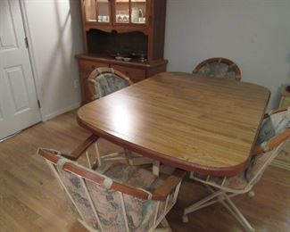 Dinning Room Table With Leaf & $ Chairs