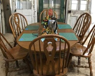 American made Cochran table and bow back chairs in excellent condition. Oak set.