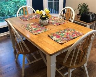 Very nice dinette table w/4 chairs