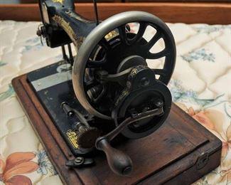 1910 Singer Hand Crank Model 28K Sewing Machine in Wood Case