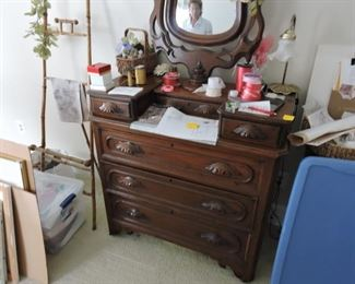 Dresser 3 drawer with 2 small side accessories drawers and mirror
