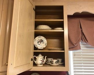 Colonial Williamsburg Potpourri by Wedgewood collection includes rare 6 cup coffee / tea pot with lid