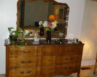 Nice dresser w//mirror