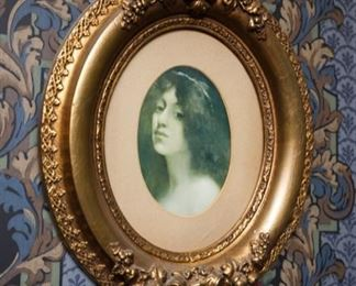 Beautiful Victorian oval wooden frame