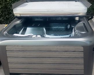 Hotspring 3-person Jetsetter hot tub. Newer.