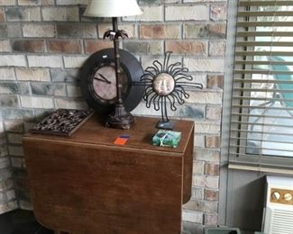 Drop leaf table with center storage