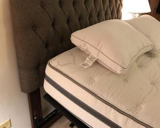 Beautyrest like new mattress with remote