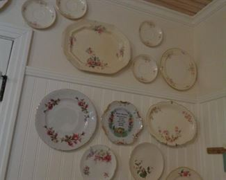 VINTAGE PLATES AND PLATTERS USED AS DECOR IN KITCHEN