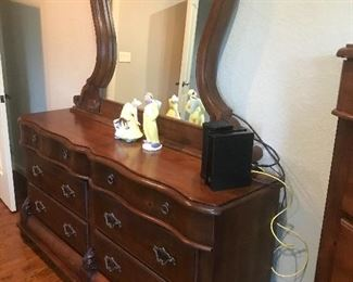 Bedroom set dresser
