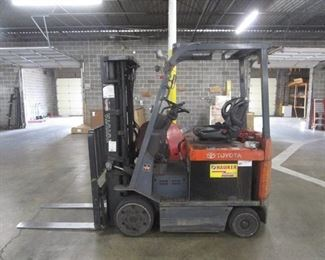 2007 Toyota Electric 4 Wheel 36 Volt Electric Cushion Tire Lift Truck 7fbcu25 / Fully Functioning w/Charging Station