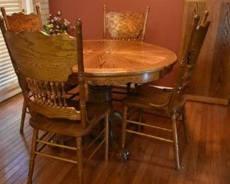 KITCHEN TABLE W/1 LEAF & 4 CHAIRS