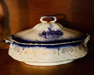 Flow blue tureen ca 1900.