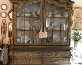 Drexel China cabinet Perfect condition Dive tailed drawers. This piece is real wood, no particle board here! Heavy. You will need to bring help to move this piece.