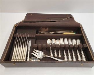1295: International Sterling Silverware Approx 36 peieces Everything except for the knives weighs approx 1,088g. Only handle on knives are sterling Includes Salad forks, dinner forks, teaspoons, salad spoon and fork, serving spoon and knives