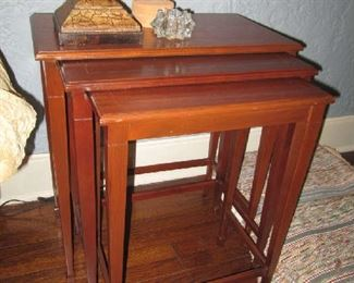 SET OF 3 NESTING TABLES WITH TAPERED LEGS IN GEORGE III STYLE