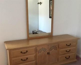 Thomasville Dresser and Mirror https://ctbids.com/#!/description/share/255216