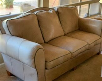 Thomasville Leather Sofa/Couch	38x82x38in	HxWxD