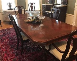 Beautiful Solid Cherry Thomasville Traditional Dining table and chairs in excellent condition!