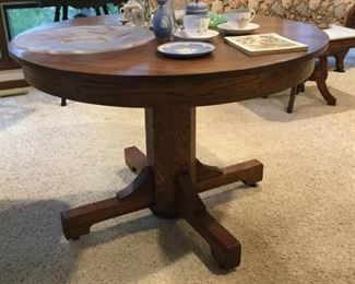 Craftsman pedestal table with three leaves