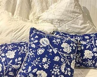 White Cotton Comforter & Pillows https://ctbids.com/#!/description/share/257187