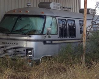 FRONT OF AIRSTREAM  (ROUGH & NEEDS COMPLETE OVERHAUL) .... TAKING BEST OFFER by APPOINTMENT ONLY