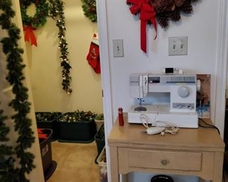 WORKING SINGER SEWING MACHINE & MORE CHRISTMAS ITEMS